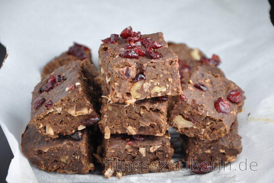 Glutenfreie Brownies aus schwarzen Bohnen mit Preiselbeeren, Kokos und Nüssen