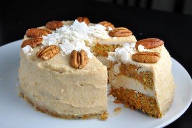 Karottenkuchen mit Kokos-Cashew-Creme – ohne Mehl und Zucker