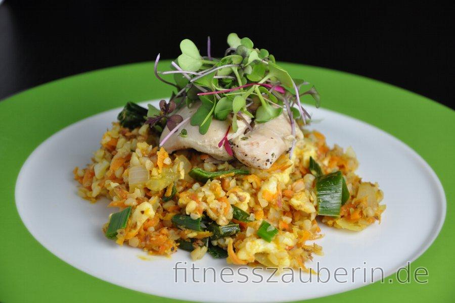 Leichte Hähnchenschenkel auf Buchweizen-Karotten-Lauch-Salat