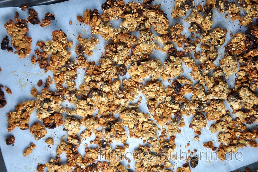 Gesundes selbstgemachtes Knuspermüsli aus Hafer, Buchweizen und Quinoa