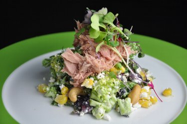 Gesunder Brokkolisalat mit Hüttenkäse, Thunfisch und Mais