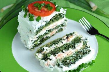 Gesunder leckerer Spinatkuchen mit Lachs