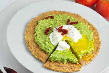 Low-Carb Thunfisch-Avocado-Pizza mit poschiertem Ei