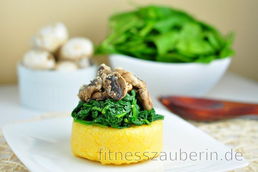 Schnell zubereitete Polenta mit Spinat und Champignons
