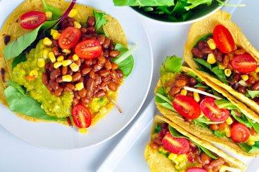 Maistortillas gefüllt mit Avocado und Bohnen