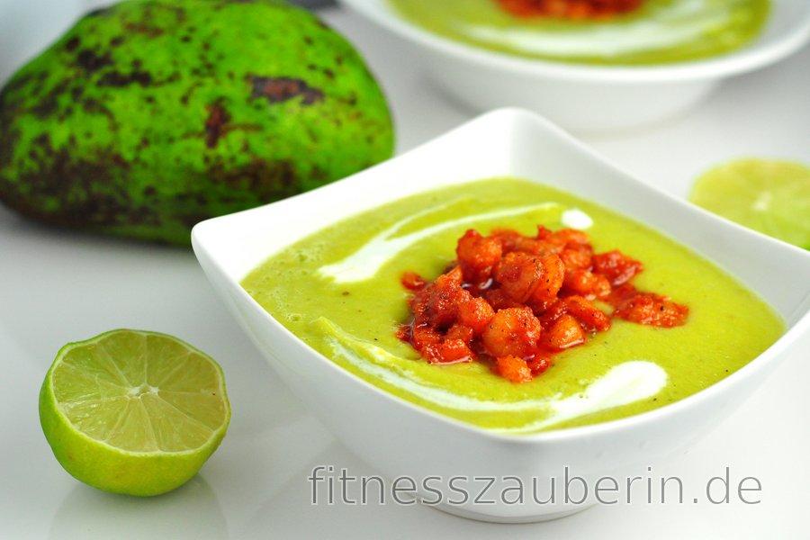 Kalte Avocadosuppe mit würzigen Garnelen