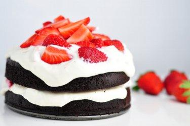 Gesunder mehlfreier Kakaokuchen mit einer Creme aus Erdbeerquark