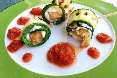 Hühnchen-Zucchini-Röllchen mit Hüttenkäse und Tomatensosse