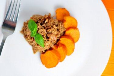 """Köstliches Honig-""""pulled chicken"""" mit Süßkartoffeln"""