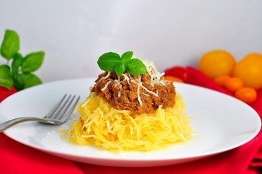"Kürbis-""Spaghetti"" mit Putenhackfleisch in Tomatensauce"