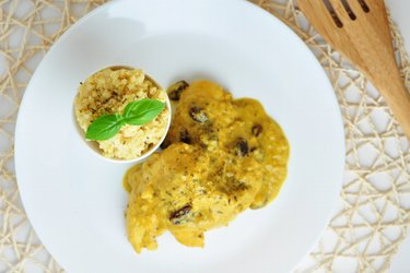 Exotische Hühnerbrust in Mango-Kokosnuss-Sauce mit Hirse