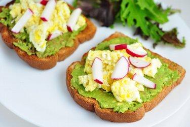 Gesunde Toasts mit Avocado, Rührei und Rettich