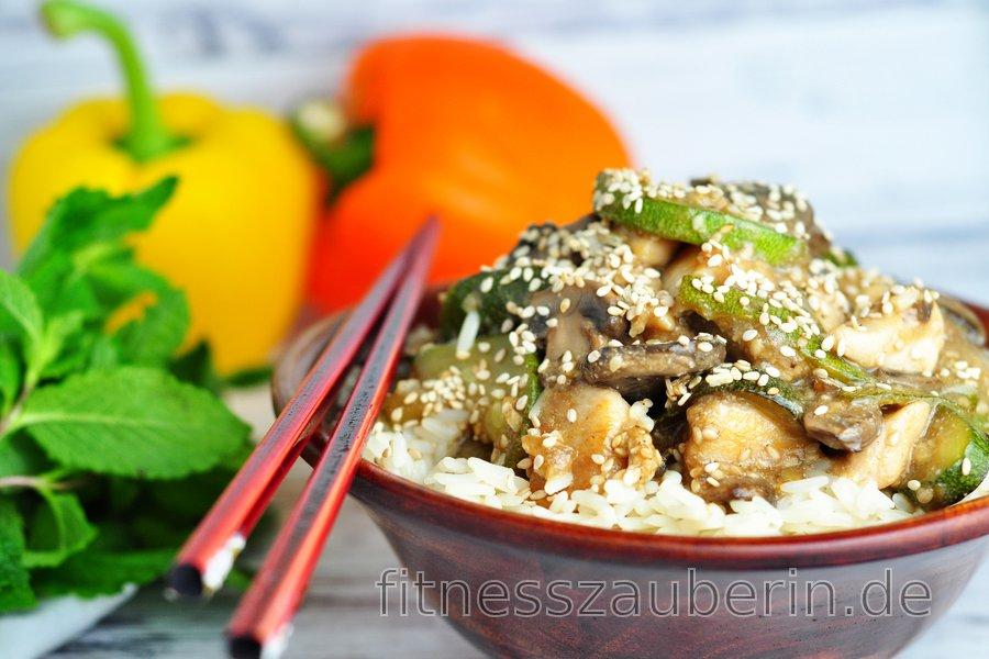 Fitness-Hühnerbrust mit Zucchini, Pilzen und Sesam