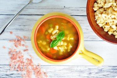 Gesunde Suppe mit Karotten, Erbsen und Kichererbsen-Gnocchi