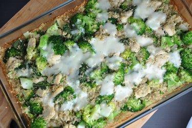 Gebackenes Quinoa mit Brokkoli und Hühnerfleisch