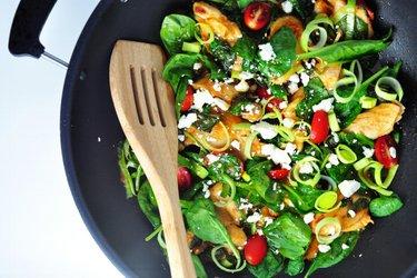 Hähnchenschenkel mit Spinat und Lauch in Tomatensauce