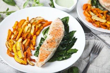 Gegrillter Lachs mit Gemüse-Pommes und Joghurt-Knoblauchsoße