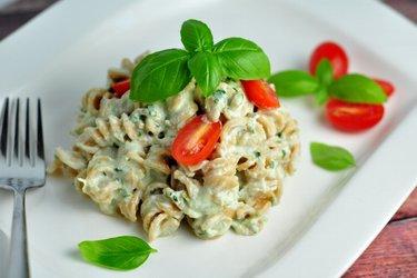 Kalorienreduzierte Pasta mit cremiger Basilikumsoße (kalorienarm, fettarm)