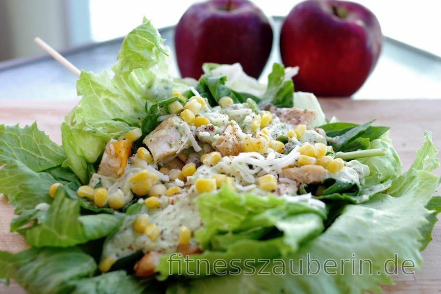 Leichtes Hühnersandwich in Salat mit Avocado-Dressing