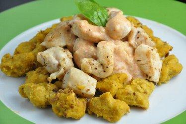 Kürbis-Gnocchi mit Hühnerfleisch und Käse-Soße