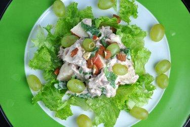 Gesunder Thunfisch-Gemüse-Obstsalat