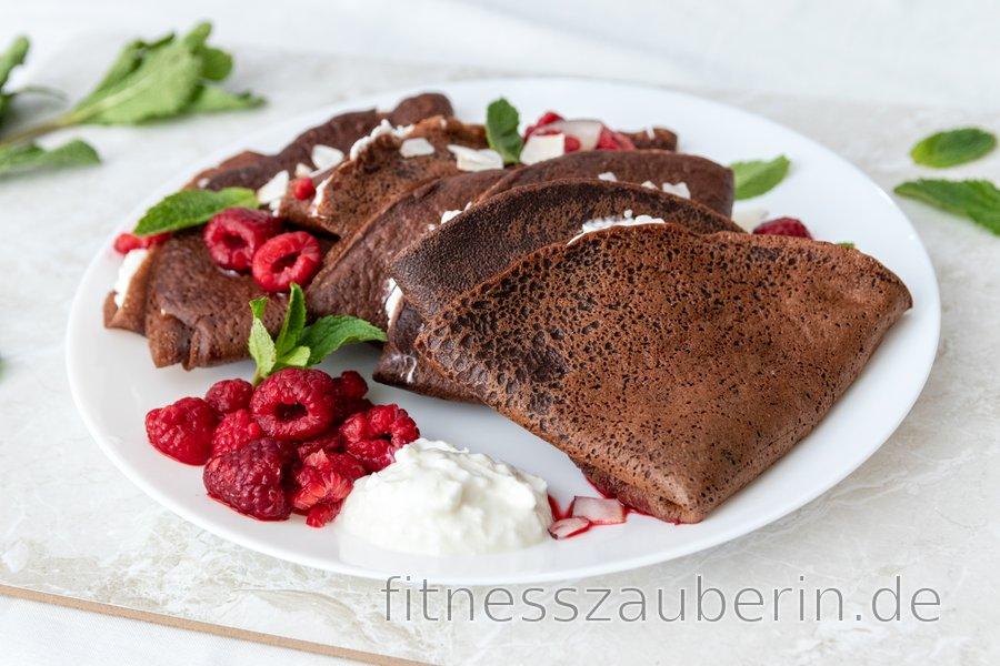 Dinkelschokoladen-Crêpes mit Ricotta und heißen Himbeeren