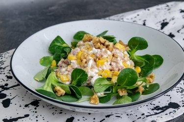 Thunfischsalat mit Hüttenkäse, Mais und Walnüssen