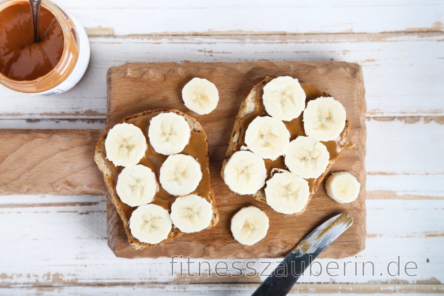 Vollkorntoast mit Banane und Erdnussbutter