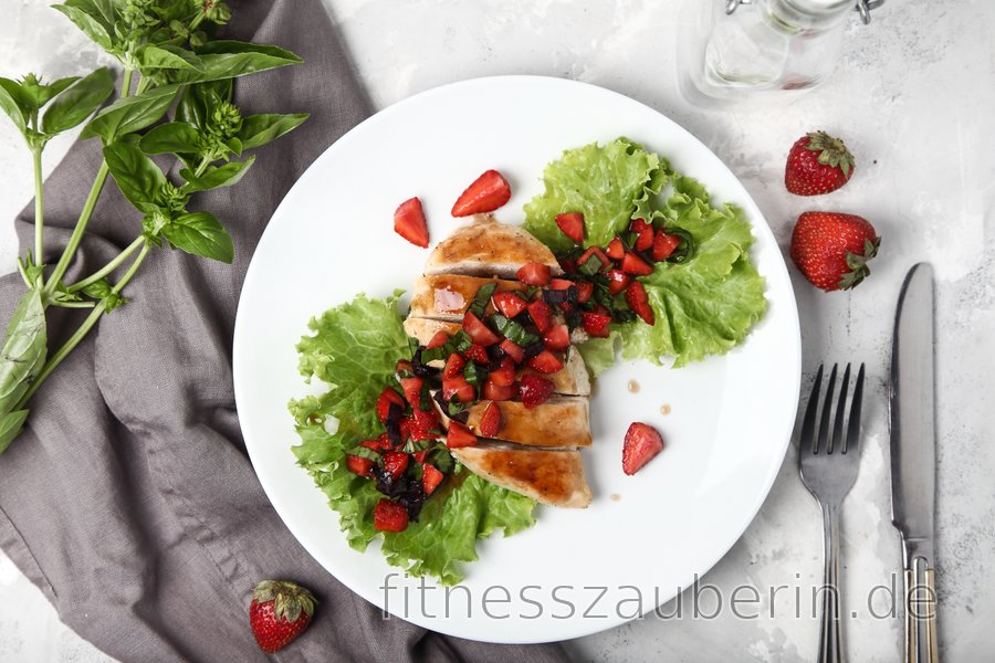 Einfache gegrillte Hühnerbrust mit Basilikum und Erdbeeren