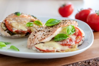 "Gebratene Hühnerbrust ""Caprese"" mit Tomaten, Basilikum und Mozzarella"