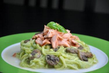 Zucchini-Spagetti (Zoodles) mit cremiger Avocado-Soße und Lachs