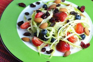 Leichter Zucchini-Obstsalat mit Limettensoße